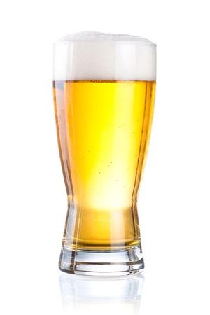 孤立した白い背景の上のビールのグラス