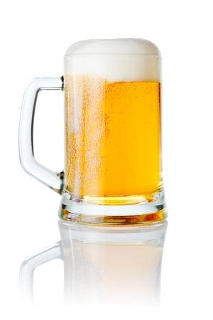 brew beer: Taza fresca cerveza con tapa de espuma aisladas sobre fondo blanco Foto de archivo