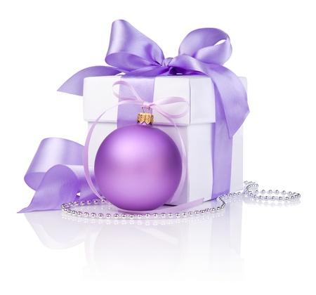 purple silk: Regalo de la Navidad con la bola p�rpura y lazo de cinta aisladas sobre fondo blanco