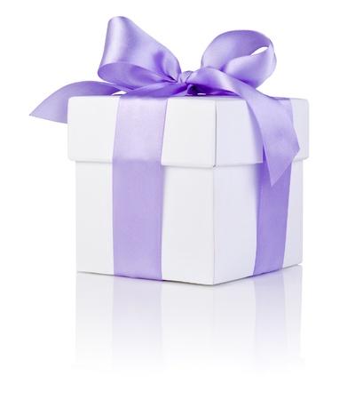 1 つの白いボックス紫色のサテン リボン弓分離した白い背景の上を縛ら
