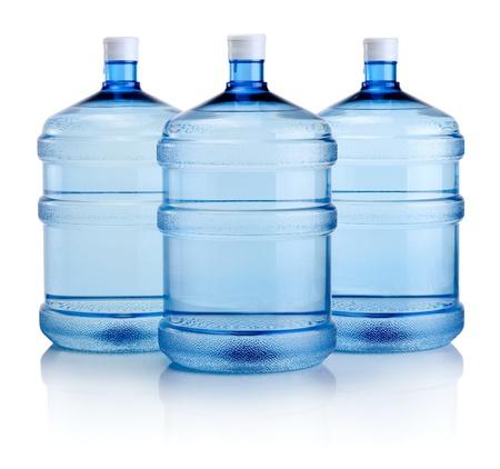 purified: Tres grandes botellas de agua aislado en un fondo blanco