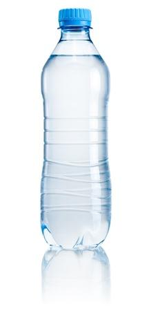 Plastic fles drinkwater op een witte achtergrond
