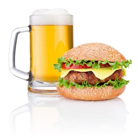 cerveza negra: Hamburguesa y taza de cerveza aisladas sobre fondo blanco Foto de archivo