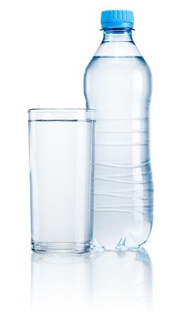 プラスチック製のボトルと白い背景で隔離の飲料水のガラス 写真素材