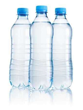agua purificada: Tres botellas de pl�stico de agua potable aislados sobre fondo blanco Foto de archivo