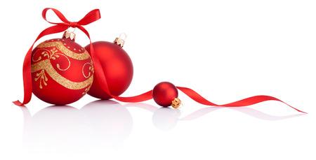 リボンと赤のクリスマス デコレーション ボール ボーに孤立した白い背景 写真素材