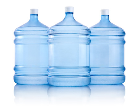 Tres grandes botellas de agua aisladas sobre un fondo blanco. Foto de archivo