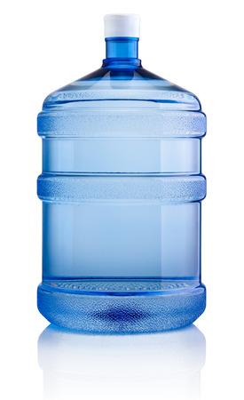 Gran botella de agua aislado sobre fondo blanco.