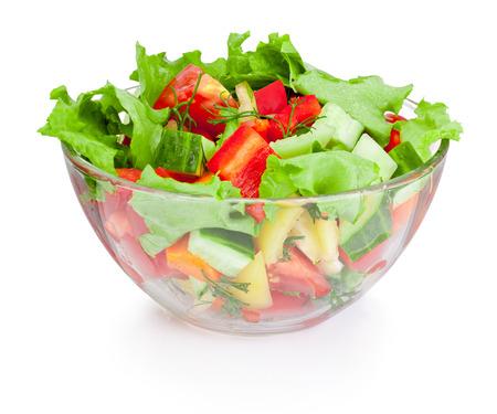 tomato  salad: Ensalada de verduras frescas en un taz�n de vidrio aislado en fondo blanco