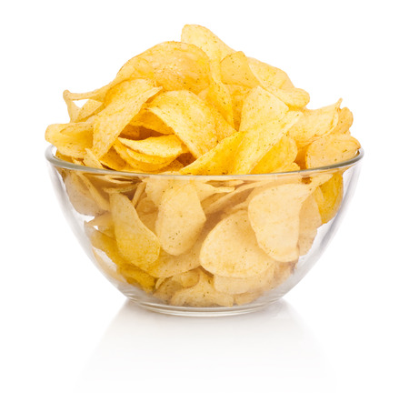 papas: Las papas fritas en un tazón de vidrio aisladas sobre fondo blanco