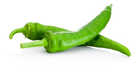chiles picantes: Dos chiles verdes aisladas sobre fondo blanco