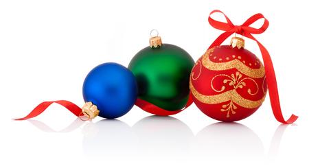 cintas navide�as: Tres decoraciones Bola de Navidad con la cinta arco aislado en fondo blanco