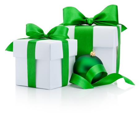 cintas navide�as: Dos cajas blancas de regalo atado arco de la cinta verde y chucher�a de la Navidad aislado en el fondo blanco