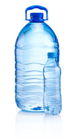 agua purificada: Las botellas de pl�stico de agua de la bebida aisladas sobre fondo blanco