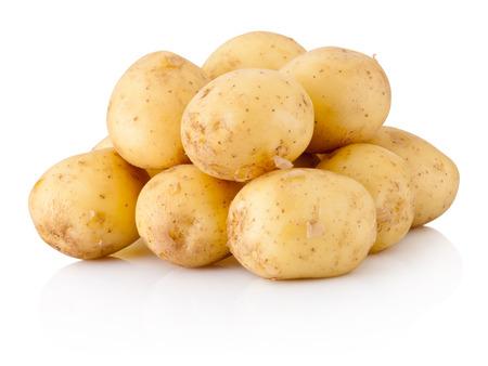 Nieuwe aardappels die op witte achtergrond worden geïsoleerd