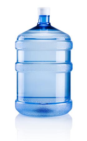 Botella de plástico grande de agua potable aislado sobre un fondo blanco.