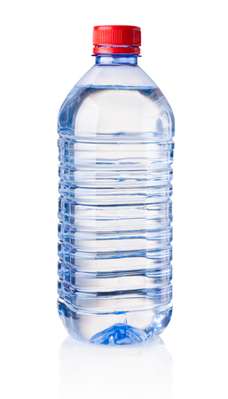 Botella de plástico de agua potable aislado sobre fondo blanco.