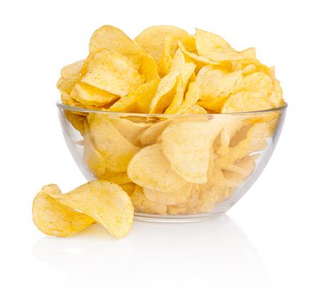 Kartoffelchips in der Glasschale lokalisiert auf weißem Hintergrund