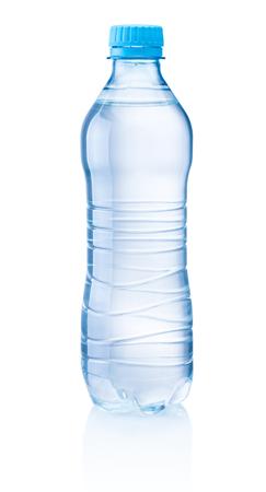 Bottiglia di plastica di acqua potabile isolata su sfondo bianco
