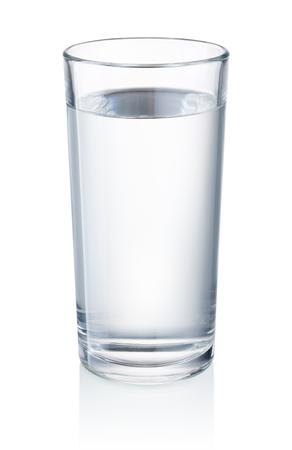 Vaso de agua potable aislado sobre fondo blanco.
