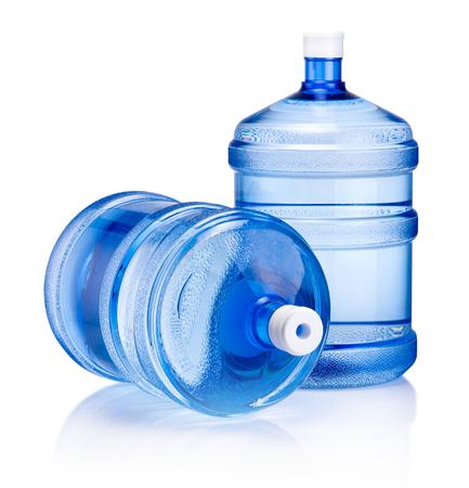 Dos grandes botellas de agua aislado sobre un fondo blanco.