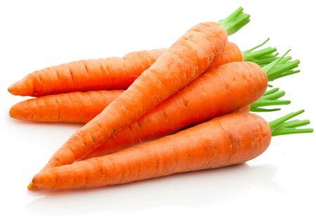 Zanahorias frescas aislado sobre un fondo blanco.