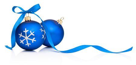 Dwie niebieskie bombki świąteczne z kokardą na białym tle na białym tle Zdjęcie Seryjne