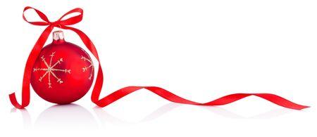 Pallina rossa della decorazione di Natale con l'arco del nastro isolato su un fondo bianco