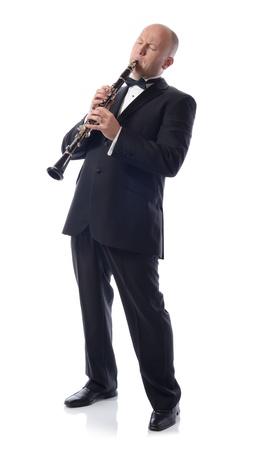 clarinete: hombre en traje de tocar el clarinete aislado en blanco