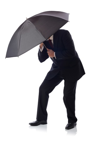 lluvia paraguas: Hombre de negocios con paraguas aislados en blanco, el concepto de hacer frente a la adversidad