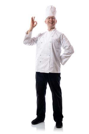 competencias laborales: Cocinero de sexo masculino sonriente con muestra aceptable aislada en blanco