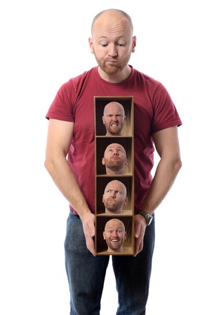 esquizofrenia: Hombre eligiendo concepto muchas caras simbolizan diferentes emociones o personalidades múltiples.