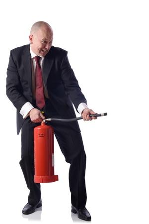 resolving: Uomo d'affari con extinguiser fuoco isolato su bianco concetto di putiing gli incendi risolvere i problemi in buisness