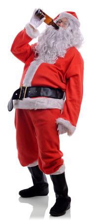 borracho: Bad Santa borracho bebiendo de la botella de cerveza aislado en un fondo blanco Foto de archivo