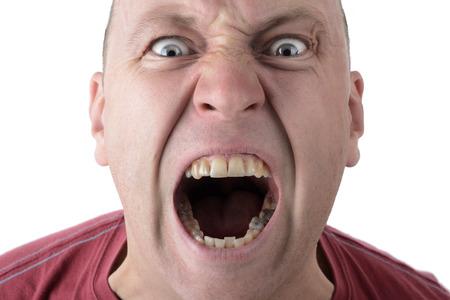 persona enojada: Expresi�n facial gritando hombre gritando aislado en un fondo blanco Foto de archivo