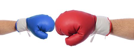 장점: 큰 빨간색, 흰색 배경에 장점을 갖는 큰 빨간 V 블루 권투 장갑 스톡 사진