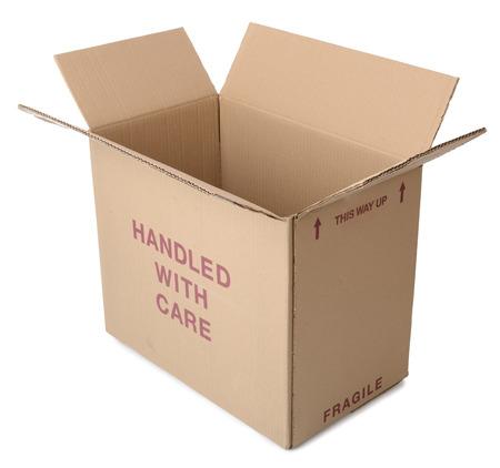 boite carton: Une bo�te en carton brun ouvert et isol� sur un fond blanc