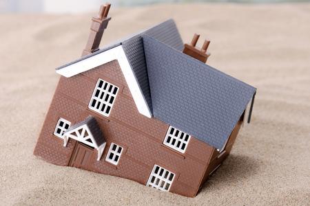 砂、住宅問題のための概念で沈没家