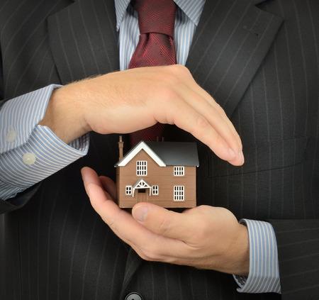property insurance: El seguro de propiedad y el concepto de seguridad con un fondo oscuro Foto de archivo
