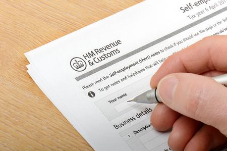 remplir un formulaire de douane HM Banque d'images
