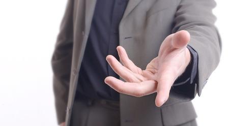 Donner un coup de main, demander ou offrir de l'aide gros plan d'un homme de race blanche dans un costume d'affaires