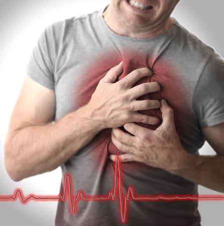 Mann, der Brust in Schmerz ergreift Standard-Bild - 87595416