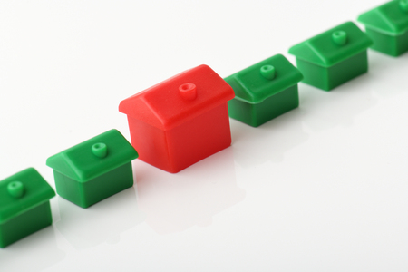 monopolio: una casa roja que se destaca de la línea