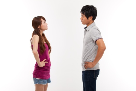 novios enojados: Pares asi�ticos luchan entre s� aisladas sobre fondo blanco