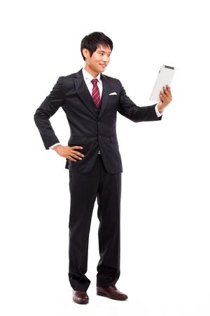 Utilisation homme d'affaires pad PC isolé sur fond blanc