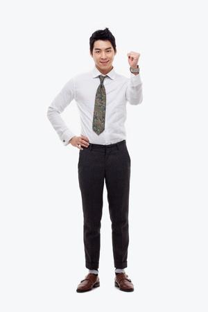 Resultaat vuist jonge Aziatische zakenman geïsoleerd op een witte achtergrond.