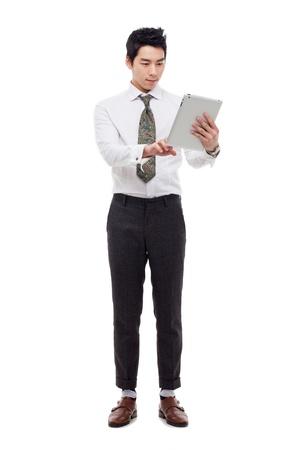 Zakenman met tablet-pc geïsoleerd op een witte achtergrond.