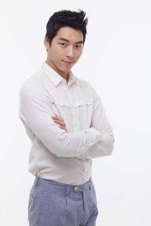 Asian male model: Young người đàn ông châu Á với mỉm cười cô lập trên nền trắng.