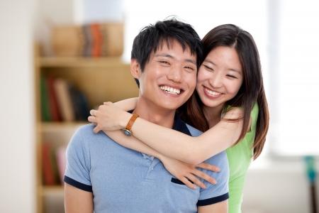 Gelukkig jonge Aziatische paar geïsoleerd in huis achtergrond.