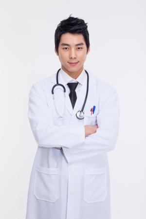 Jonge Aziatische arts geïsoleerd op witte achtergrond